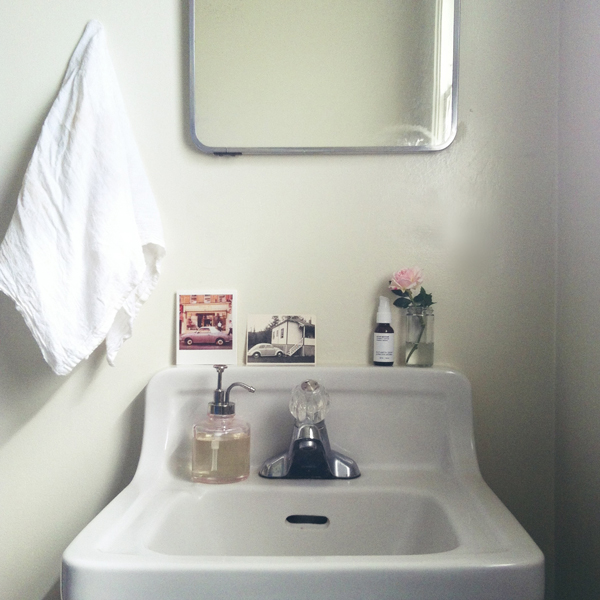 Simple feminine bathroom